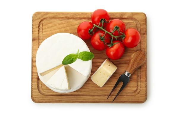 카망베르 치즈, 바질, 포크, 토마토 흰색 배경에 고립 된 보드