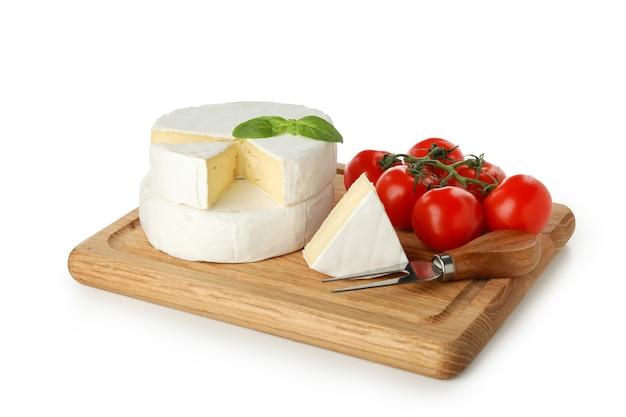 카망베르 치즈, 바질, 나이프와 토마토 흰색 배경에 고립 된 보드
