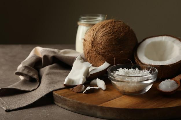 灰色のテーブルにココナッツとココナッツフレークのボード