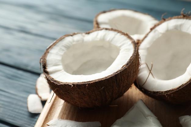 나무 테이블에 코코넛 보드를 닫습니다
