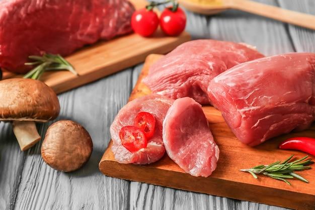 회색 테이블에 신선한 돼지 고기 안심 보드