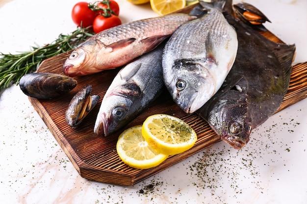 新鮮な魚介類をテーブルに並べたボード