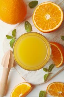 木製のオレンジジュース、オレンジ、ジューサーのガラスとボード