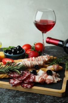 그리 시니와 스낵이있는 보드, 블랙 스모키 테이블에 와인