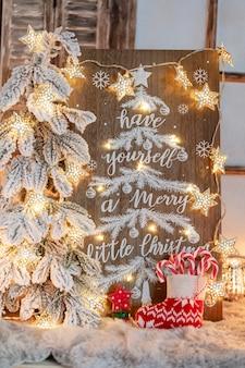 Доска с сообщением с рождеством христовым на деревянных фоне.