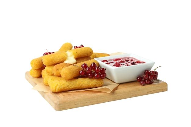 Доска с вкусными сырными палочками, изолированные на белом фоне