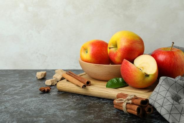 黒のスモーキー テーブルにおいしい赤いリンゴとボード