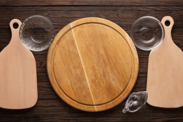 Доски и посуда для приготовления пиццы.