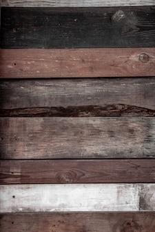 Доски разного цвета сбиты параллельно, деревянный фон