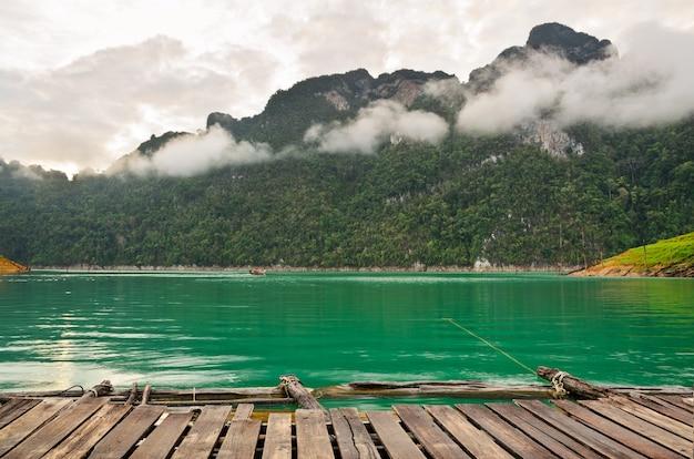 아침에 보드워크 높은 산과 푸른 물, 라차프라파 댐, 카오 속 국립공원, 태국 수랏타니 주 방갈로의 전면 전망