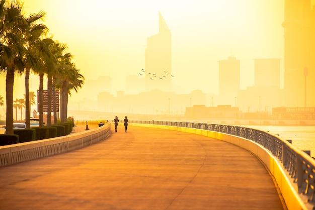日の出のドバイ マリーナの朝の遊歩道