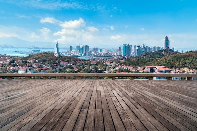 遊歩道展望台と市街の眺め