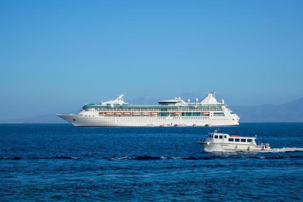 ボートとクルーズのライナーはエーゲ海のチョーラミコノス島ギリシャです