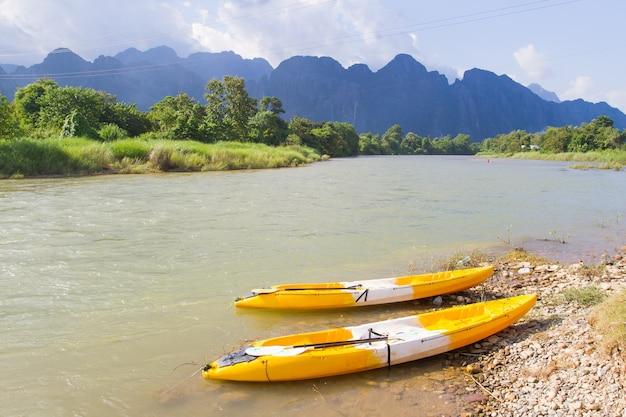 ラオスのvang viengにあるnam song川でボート。
