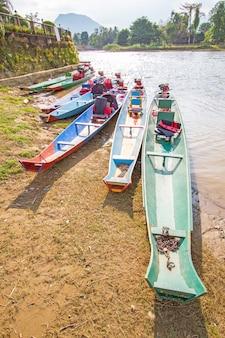 Лодка на реке нам сонг в ванг-вьенге, лаос