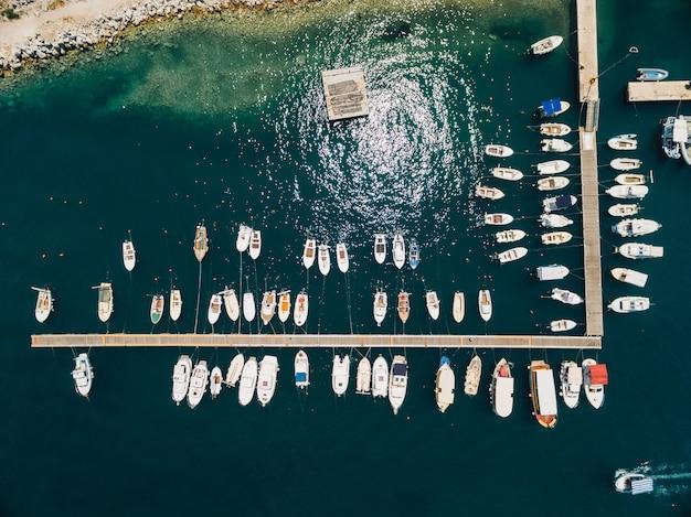 부드바 몬테네그로에 있는 보트 선착장과 요트 항구 드론 탑 뷰에서 항공 사진