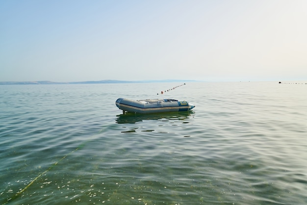 ボートは海の水の上に浮い