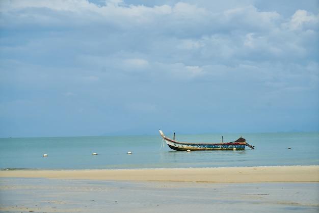 Лодка плавает на пляже
