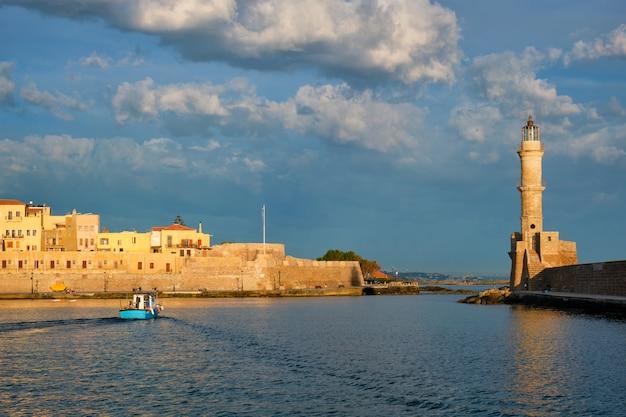 ハニア、クレタ島の絵のような古い港でボートします。ギリシャ