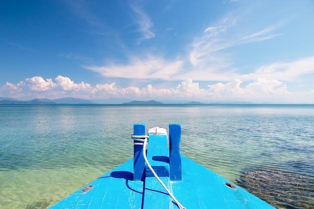 熱帯の海の青い空の背景のボート