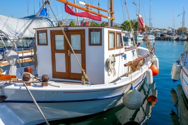 Лодочная пристань в солнечный летний день. ретро-яхта у причала