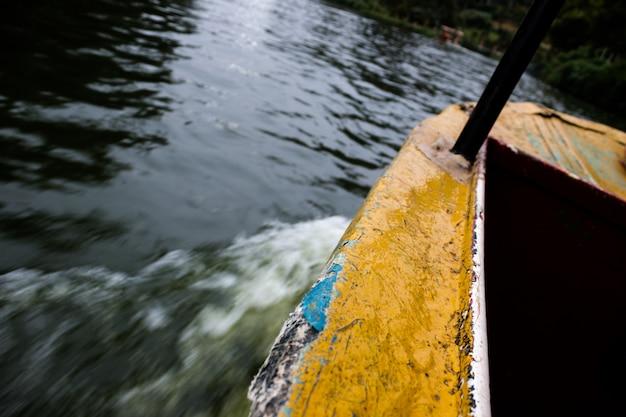 Barca che si muove sull'acqua