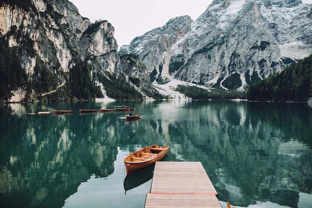 Лодка возле красивого озера в италии. озеро находится в альпийской горе. lago di braies