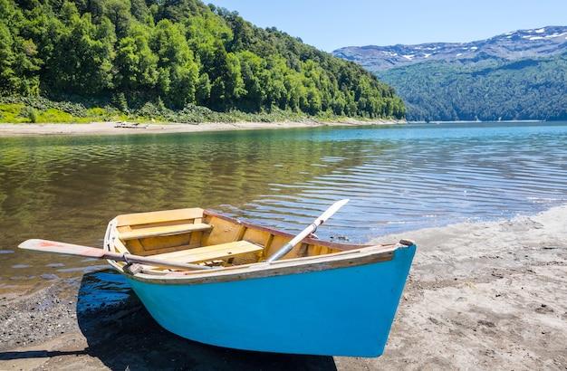 칠레 산에있는 호수에 보트. 하계.