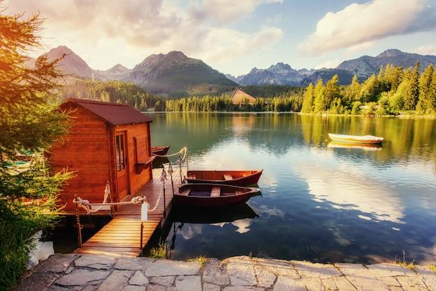 山に囲まれたドックのボート。素晴らしいshtrbske pleso