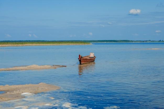 反射のある湖でのボート