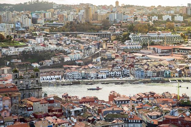 ドウロ川のボート、ポルトガルのポルトの街の上からの眺め