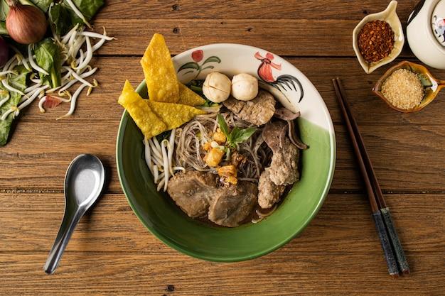 Суп из свинины в лодке тайская лапша