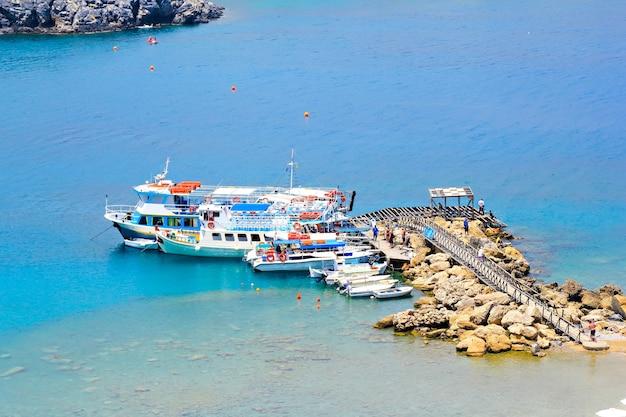 Лодочная пристань в заливе линдос, родос, греция