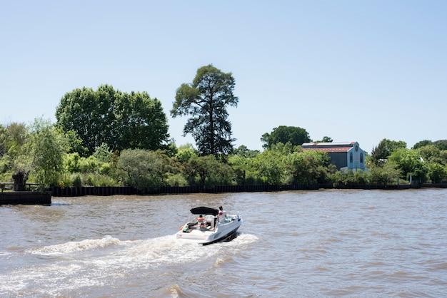 川でのボートセーリング