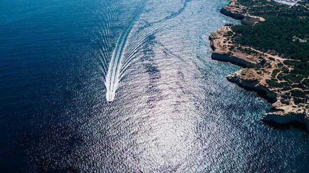 Запечатывание шлюпки в взгляде атлантического океана сверху.