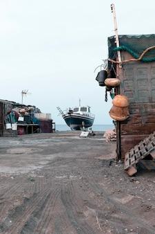 Barca a terra in riva al mare