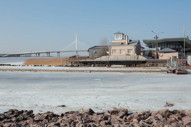 凍ったフィンランド湾のボートステーション