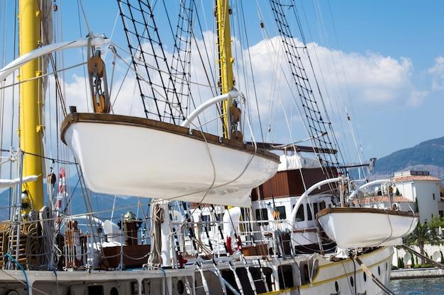 Лодка перевозит вспомогательную лодку
