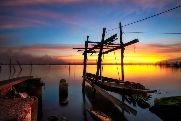 Лодка для рыбалки на озере сонгкхла.