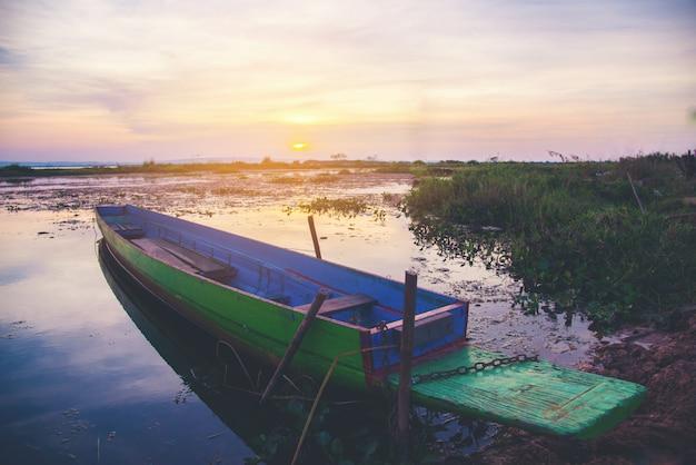 Лодка с во время заката