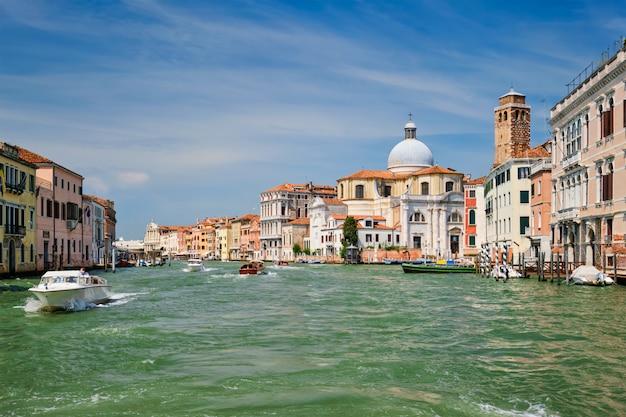 Лодки и гондолы на большом канале в венеции, италия