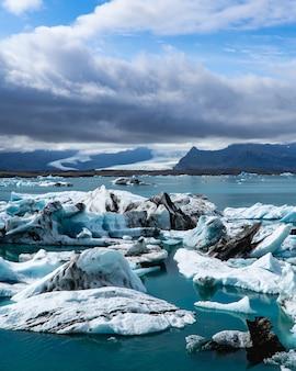 アイスランドのラグーンに浮かぶボートと氷山
