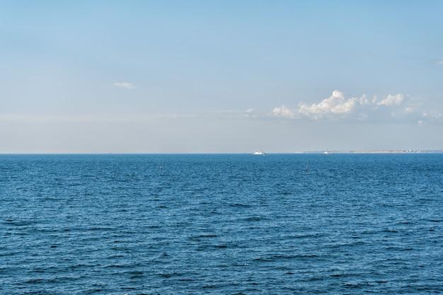 海のボートと波、クリミアの暑い夏