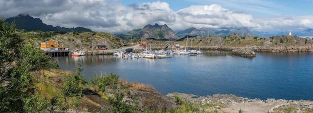 ノルウェー、ロフォーテン諸島、山々を背景にした湾のボートとヨット