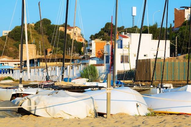 Montgat에서 해변에서 보트입니다. 카탈로니아