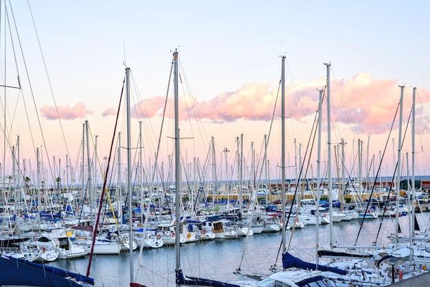 スペインのバルセロナの桟橋でボート