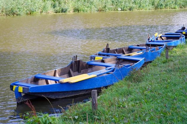 Лодки у реки утром.