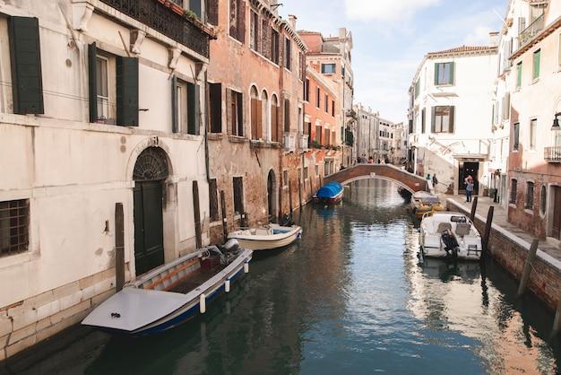 Лодки, канал, мост, маленький живой остров в венеции.