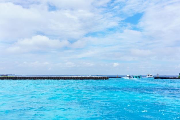 몰디브 항구에서 다른 섬의 호텔로 출발하는 보트, 몰디브