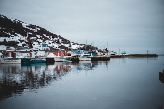 Barche sul bacino vicino alla montagna durante il giorno